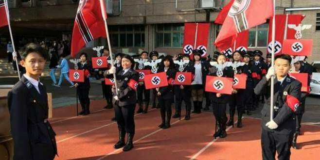 Okulda Nazi geçit töreni düzenlediler