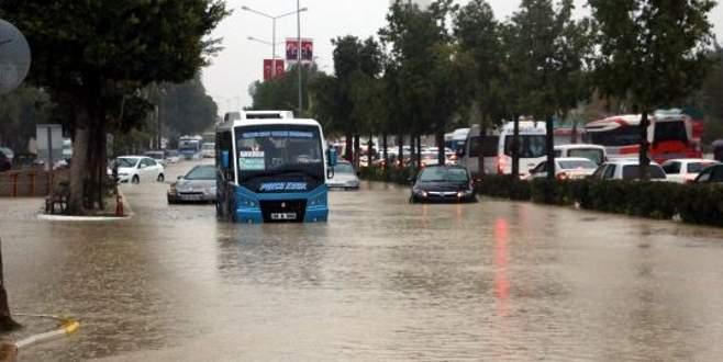 Mersin'de kuvvetli yağış hayatı olumsuz etkiledi