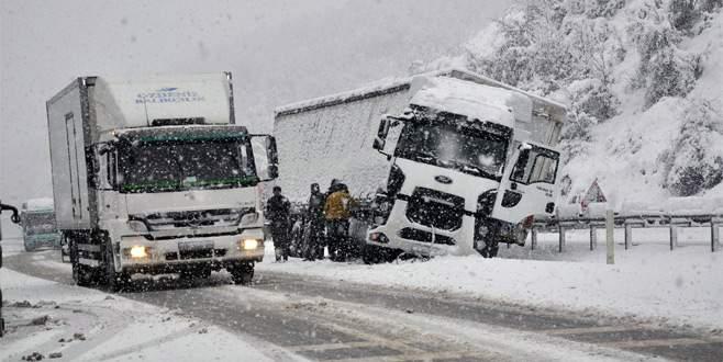 Kar nedeniyle kayan TIR ulaşımı aksattı