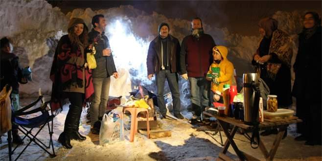 Yılbaşı öncesi Uludağ'da kar üstünde mangal keyfi