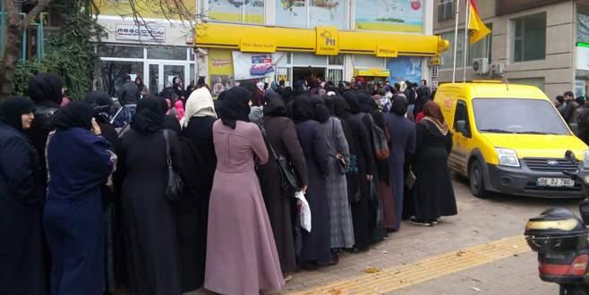 Suriyeliler para kuyruğunda