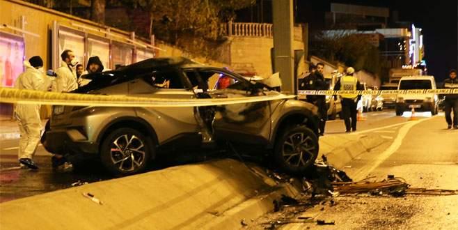 Direğe çarpan otomobil alev aldı: 2 ölü