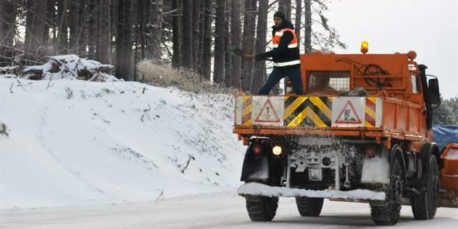 Uludağ'da sıcaklık -12 oldu, ekipler yolları tuzladı