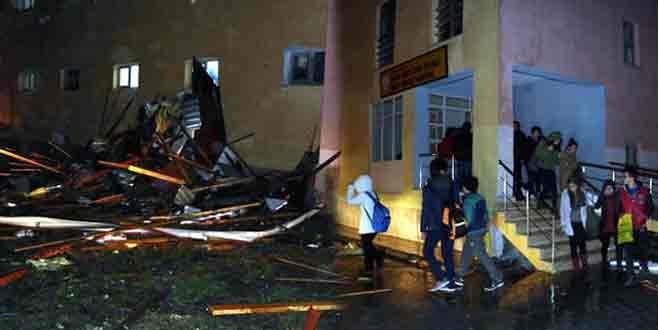 Öğrenci pansiyonun çatısı uçtu!