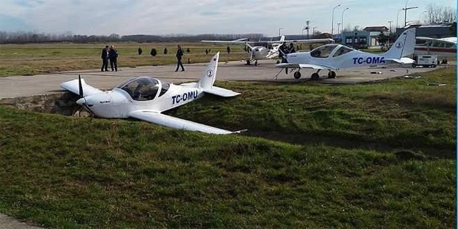 Eğitim uçağı kanala girdi