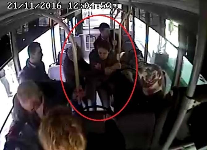 Halk otobüsünde fenalaşan kadın için seferber oldular
