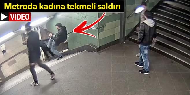 Merdivenlerden inen kadına bir anda tekme savurdu