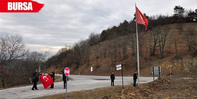Köyün yıpranmış bayrağı yenisiyle değiştirildi