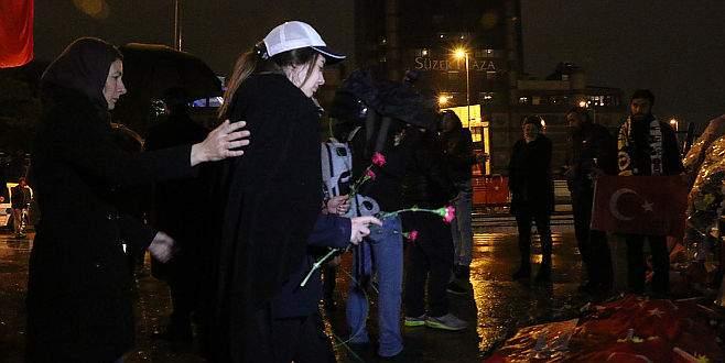 Şehit polisin kızı, Şehitler Tepesi'ne karanfil bıraktı