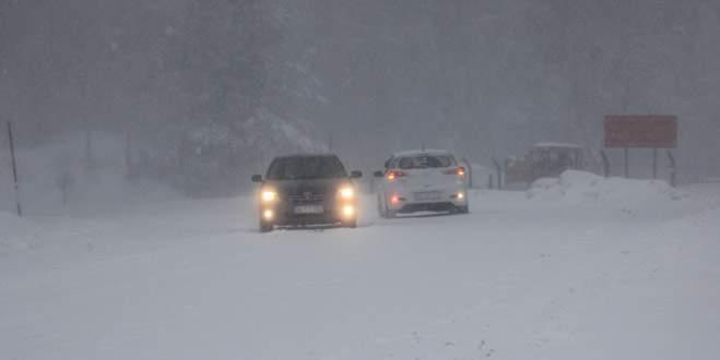 Kar yolları kapladı! Ulaşım güçlükle sağlanıyor
