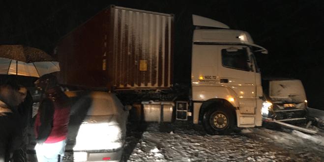 Bursa'da kar yağışı zincirleme kaza getirdi