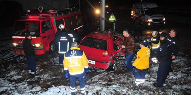 Bursa'da otomobil elektrik direğine çarptı: 3 ölü