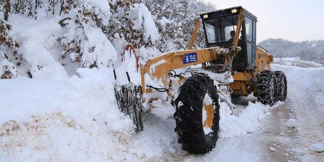 Bursa'da karla kapanan yollara anında müdahale