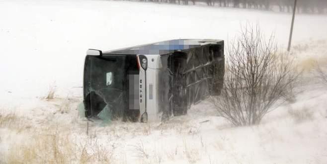 3 yolcu otobüsü devrildi: 17 yaralı