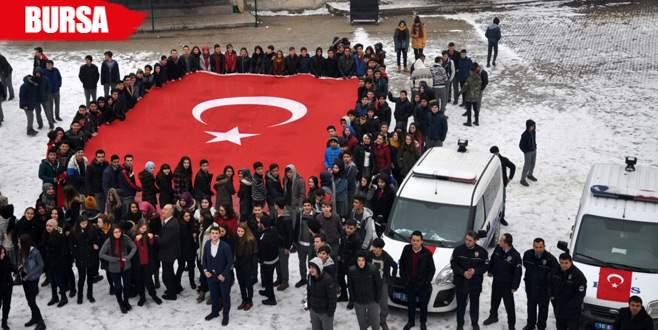 Öğrenciler 'kavga' ihbarıyla polisi okula getirtip alkışladı