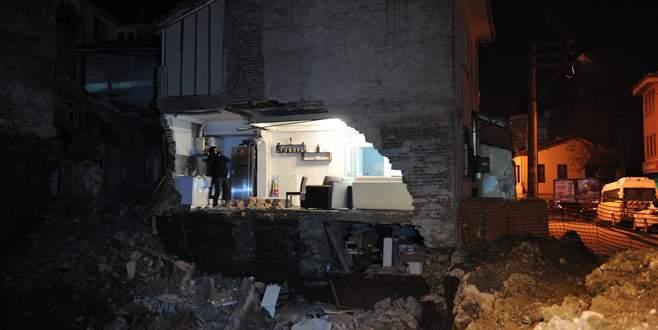 Bursa'da binanın yan duvarı çöktü