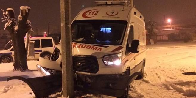 Ambulans direğe çarptı: Doktor yaralandı