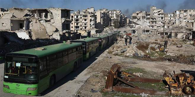 Doğu Halep'te kontrol noktasında bekleyen araçlar hareket etti