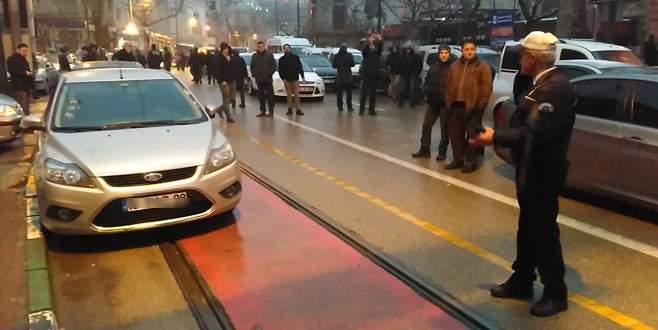 Tramvay yoluna aracını park etti, polise bakın ne mesajı attı