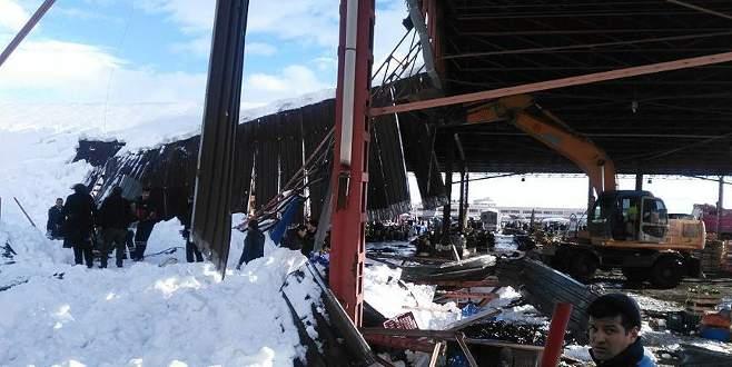 Kapalı pazar yerinin çatısı çöktü, yaralılar var