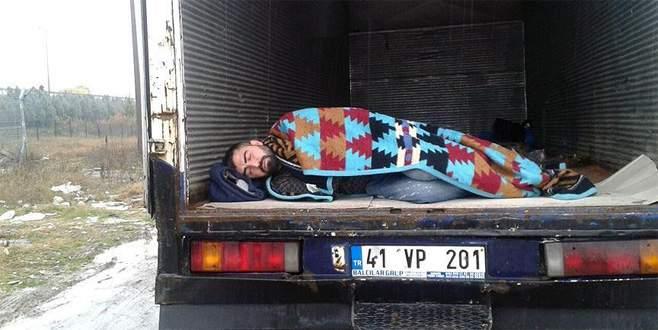 Aküsünü çaldırmamak için kamyonda yatıyor