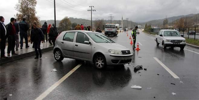 Kaza tutanağı tutan polislere otomobil çarptı