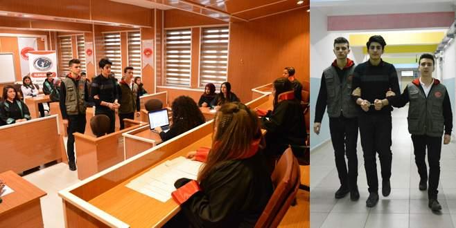 Bursa'daki bu lisede hem duruşma salonu, hem cezaevi var