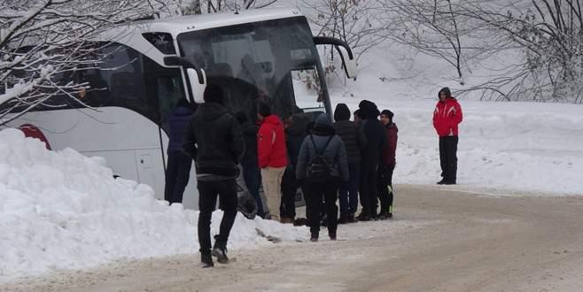 Üniversitelileri taşıyan otobüs Uludağ yolunda kara saplandı