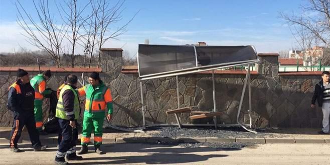 Bursa'da otomobil otobüs durağına daldı: Ölü ve yaralılar var