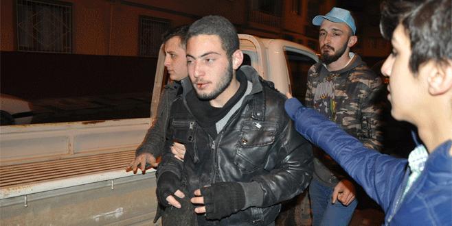 Bursa'da hırsızı yakalayan gençler polise teslim etti