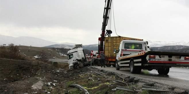 Bursa'da TIR kazası! Kilometrelerce araç kuyruğu oluştu