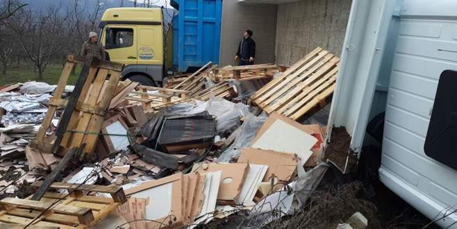 Bursa'da fayans yüklü TIR devrildi
