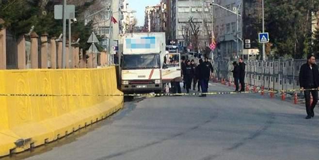 Freni patlayan kamyon Emniyet'in bariyerlerine çarptı