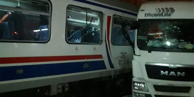 Yolcu treni TIR'a çarptı: 1 ölü