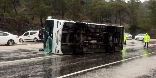 Tur midibüsü devrildi: 13 yaralı