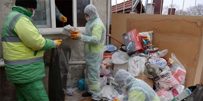Mahalle sakinlerini rahatsız eden çöp ev temizlendi