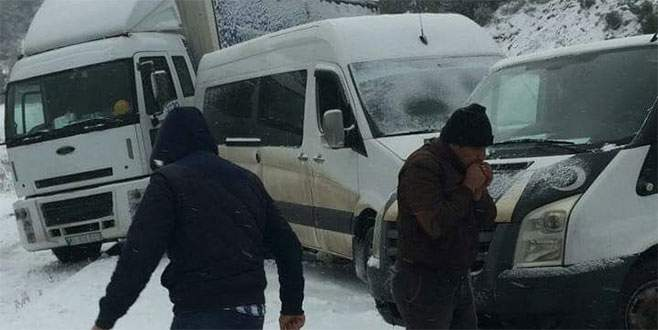 Dağ yolunda kar sebebiyle zincirleme kaza