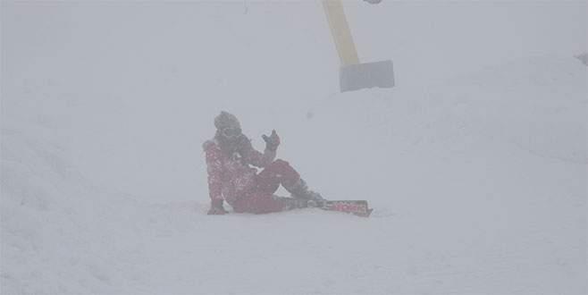 Uludağ'da yoğun sis altında kayak keyfi