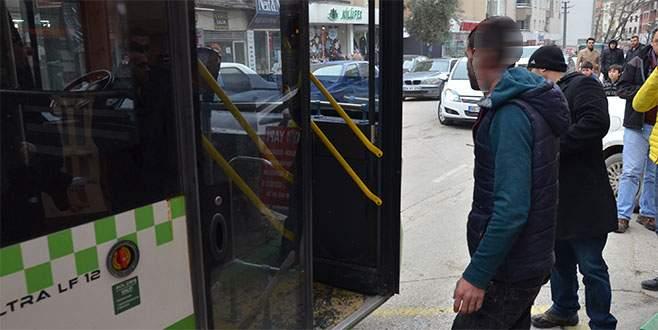 Otobüs şoförünü yol vermeyince sopalarla dövdüler