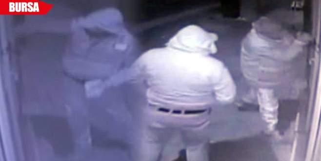 Hırsızlar parmak izlerini mendille temizleyip kaçtı