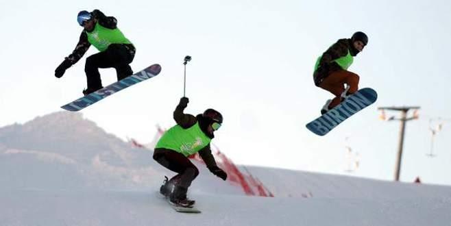 Uludağ'da nefes kesen snowboard gösterisi