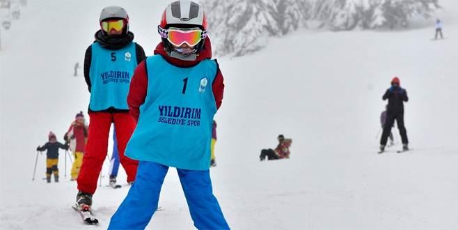 Yıldırımlı çocuklar kayak öğreniyor