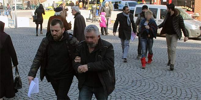 Polis memuru kapkaç zanlılarını kendi aracıyla yakaladı
