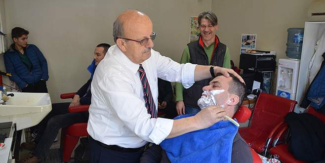 Sargın vatandaşı tıraş etti