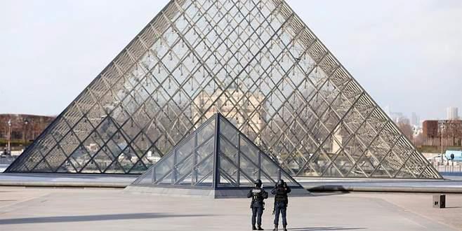 Louvre Müzesi önünde askere saldırı