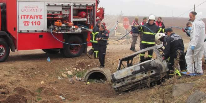 Devrilen otomobilin LPG tankı patladı: 3 ölü