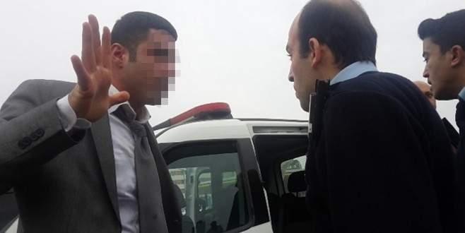 Polise yumruk atan sürücüye vatandaşlardan linç girişimi