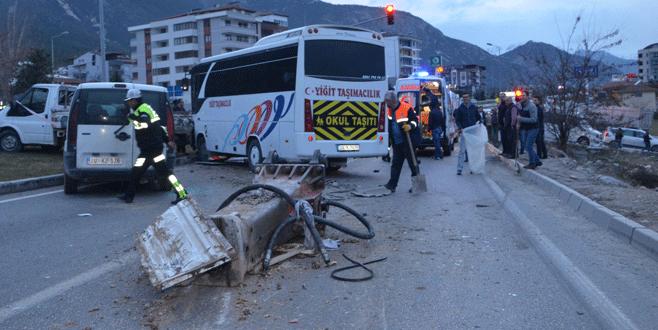 Zincirleme kaza: 17'si öğrenci 25 yaralı!