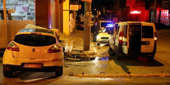 Bursa'da alkollü ve ehliyetsiz sürücü polis aracına çarptı