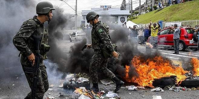 Brezilya'da polisler meclisi bastı